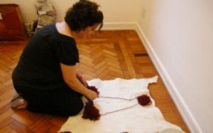 """""""Créditos: Clarisse Tarran na montagem da coletiva Despacho, no Ateliê (dez. 2009)"""""""