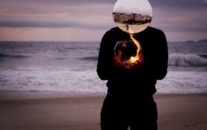 A exposição Saturno traz nesta Sexta Livre uma encenação alegórica de um ser urbano e melancólico, que busca na natureza um lugar de encontro com ele mesmo © Edu Monteiro