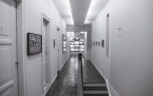 No dia 15/04, às 19h30, a artista Patrizia D'Angello e o curador Marco Antonio Teobaldo recebem convidados para uma visita guiada na exposição Kitinete © Victor Naine